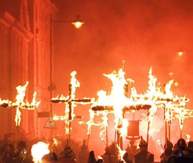 709px-Lewes_Bonfire,_Martyrs_Crosses_02_detail